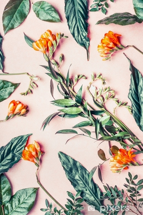 Fotomural Lavable Plano creativo hecho de flores tropicales y hojas sobre fondo rosa pastel, vista superior - Plantas y flores