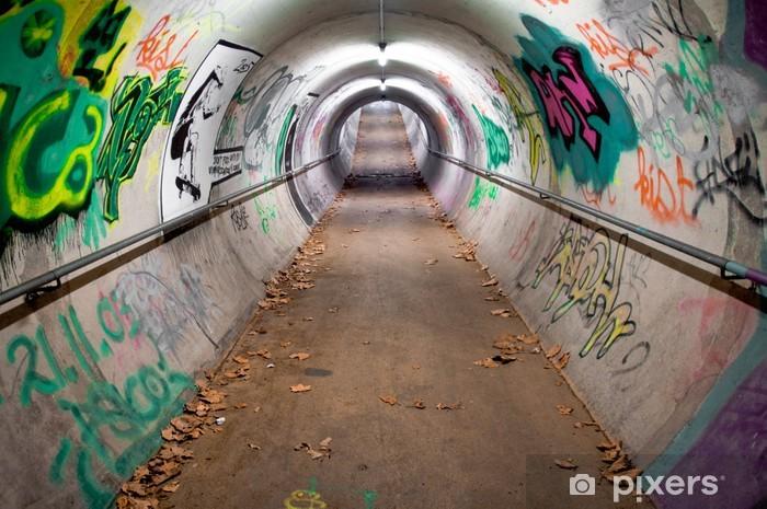 Papier peint vinyle Un tunnel piétonnier à long recouvert de graffitis et de lumières au néon - Thèmes