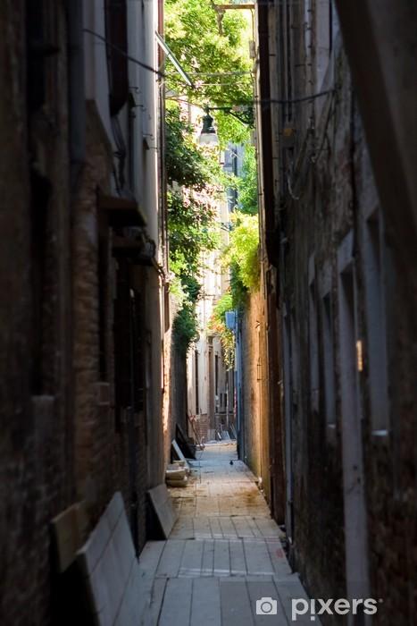 Fototapeta winylowa Ulica Lane w Wenecji w lecie - Zabytki