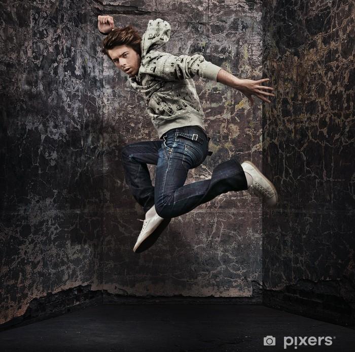 Fotomural Estándar Bailarín de sexo masculino que presenta sobre la pared del grunge - Moda