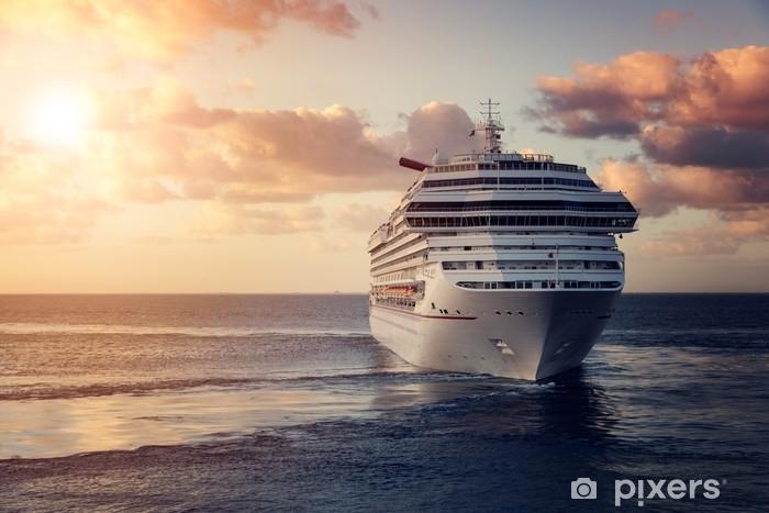 Fototapeta winylowa Luksusowy statek wycieczkowy opuszcza port o zachodzie słońca - Transport