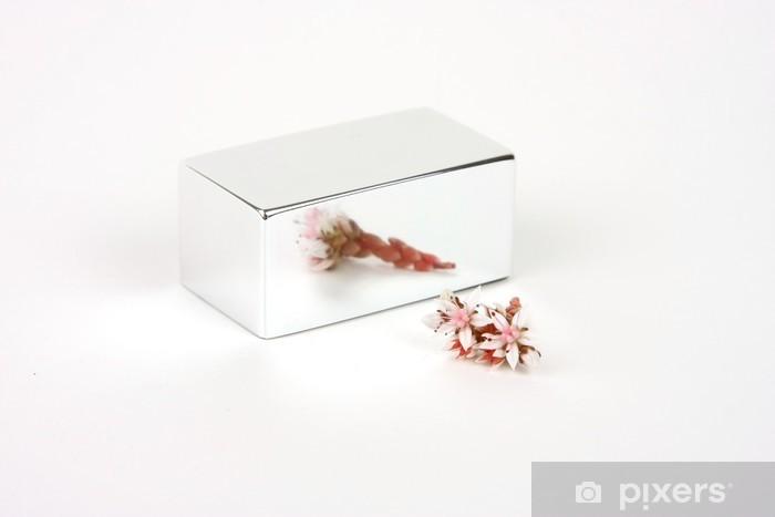 Vinyl-Fototapete Rosa Blüten vor einem Spiegel-Würfel mit einem weißen Hintergrund - Haus und Garten