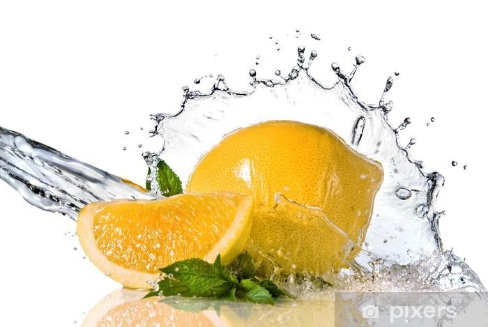 Fototapeta winylowa Plusk wody na cytryny z miętą na białym - Posiłki