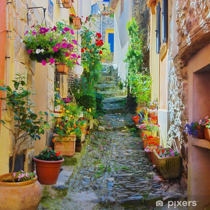 Ruelle étroite et colorée dans un village de Provence Pixerstick Sticker -