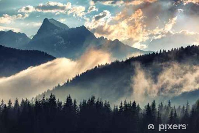 Fototapeta zmywalna Foggy rano krajobraz z pasmo górskie i Jodła lasu w hipster zabytkowe stylu retro - Krajobrazy
