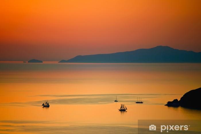 Fotomural Estándar Los buques de vela en la puesta del sol griega - Barcos