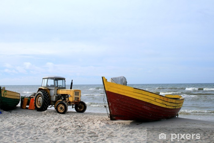 Naklejka Pixerstick Żółty traktor i drewnianych łodzi na plaży - Transport wodny