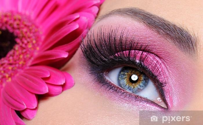 Fototapeta winylowa Oko kobieta z różowy makijaż i kwiat - Tematy