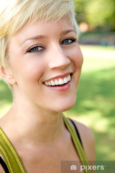 Vinilo Pixerstick Hermosa chica rubia con una sonrisa bonita - Agricultura