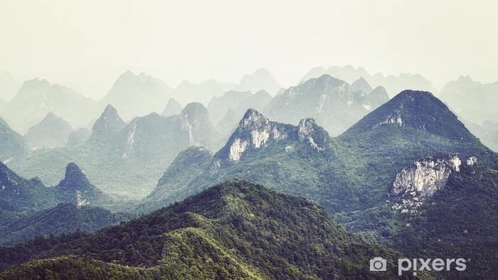 Pixerstick Sticker Retro getinte foto van karst formaties landschap rond guilin op een mistige dag. het is een van China's populairste toeristische bestemmingen. - Landschappen