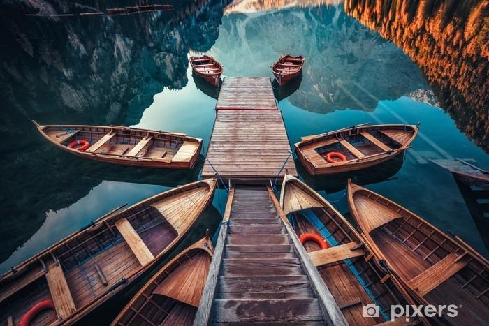 Fotomural Estándar Barcos en el lago braies (pragser wildsee) en las montañas Dolomitas, sudtirol, italia - Paisajes