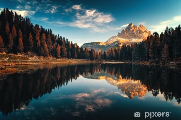 Fototapet av Vinyl Flygfoto av lago antorno, dolomiter, sjö bergslandskap med alps topp, misurina, cortina d'ampezzo, italien - Landskap