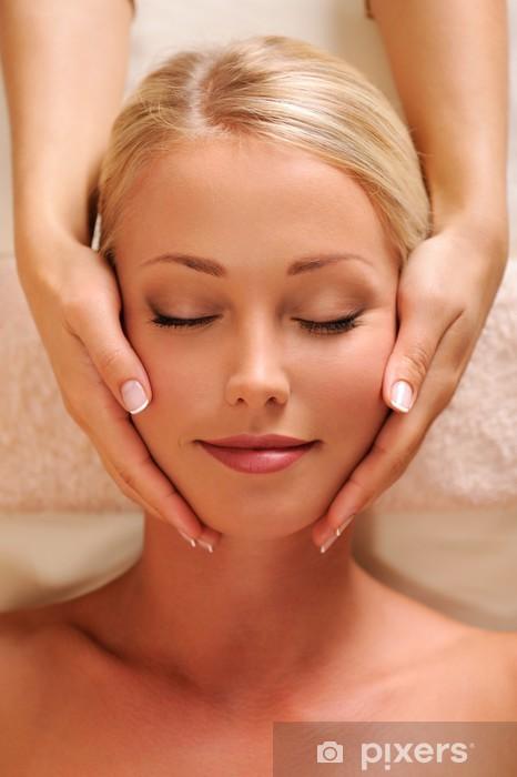 Fotomural Estándar Bonita cara femenina que consigue masaje de relajación de la cabeza - Belleza y cuidado personal