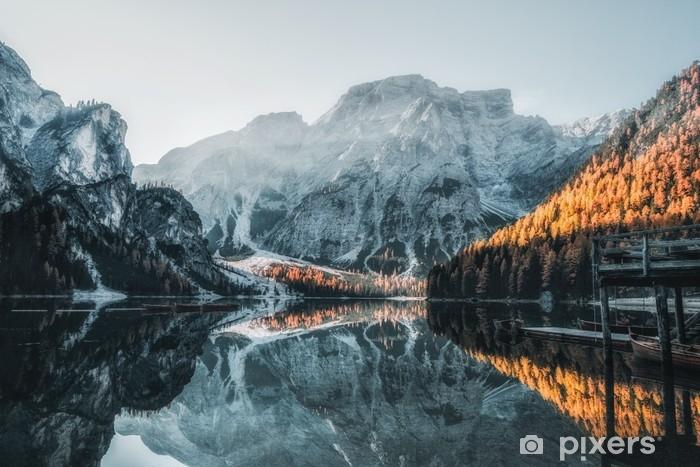 Självhäftande Fototapet Båtar på braies lake (pragser wildsee) i dolomites berg, sudtirol, italy - Landskap