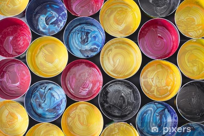 Pixerstick Sticker Bovenaanzicht van oude CMYK-verfblikken op donkere achtergrond. kleurrijke achtergrond. - Grafische Bronnen