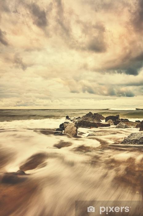 Fototapeta winylowa Kolor stonowanych obraz pustej plaży z ruchu niewyraźne wody. - Krajobrazy