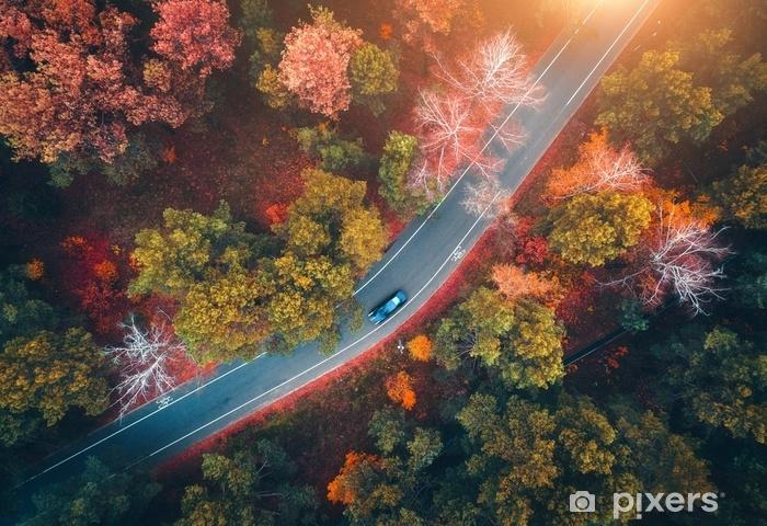foto de Sticker Vue aérienne de la route avec une voiture floue dans la ...