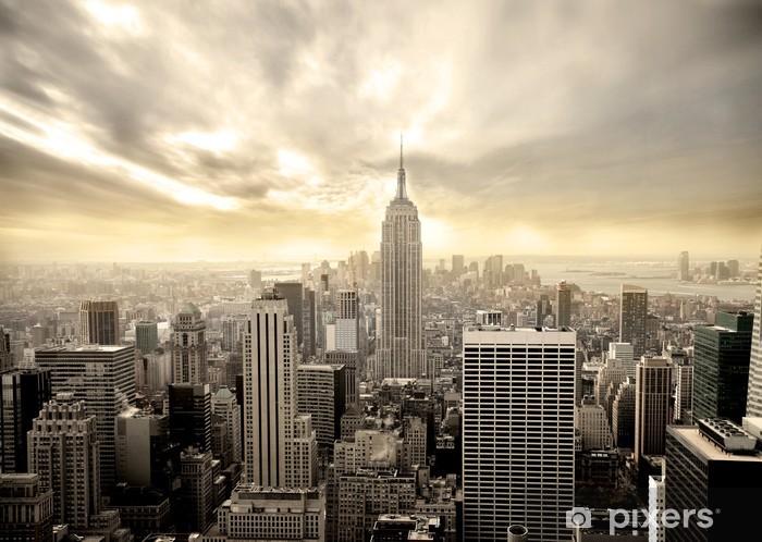 Naklejka Pixerstick Zachmurzone niebo na Manhattanie -
