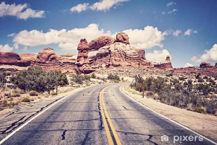 Fototapeta winylowa Vintage toned scenic road, obraz koncepcji podróży, park narodowy arches, utah, usa. - Podróże