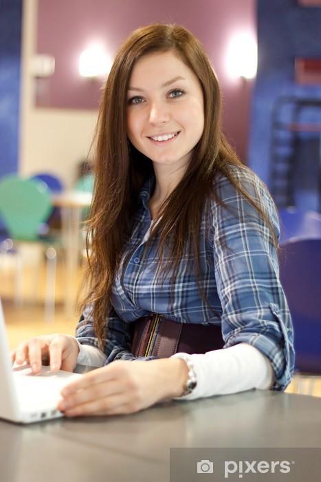 Naklejka Pixerstick Nastoletnia dziewczyna z laptopem na uczelni - Edukacja