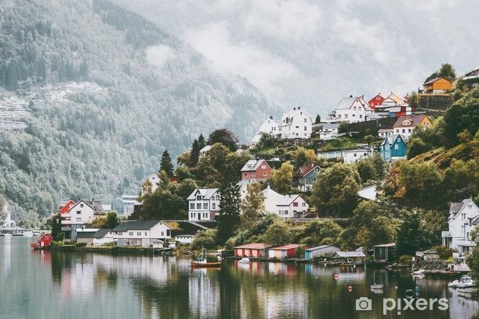 Fototapeta winylowa Dziwne domy miasta w Norwegii krajobraz mglisty gór i refleksji wody. - Budynki i architektura
