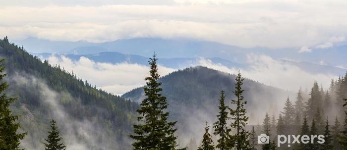 Papier peint vinyle Vue panoramique des montagnes brumeuses des Carpates avec des nuages bas - Paysages