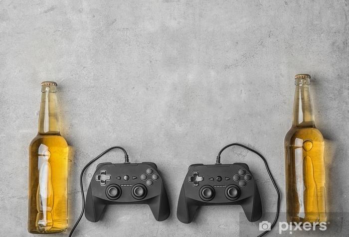 Vinyl Fotobehang Samenstelling met videogamecontrollers en bier op grijze achtergrond - Hobby's en Vrije tijd