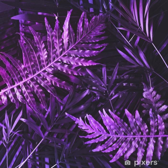 Vinyl Fotobehang Creatieve tropische paarse bladeren lay-out. bovennatuurlijk concept. plat leggen. ultraviolette kleuren. - Bloemen en Planten