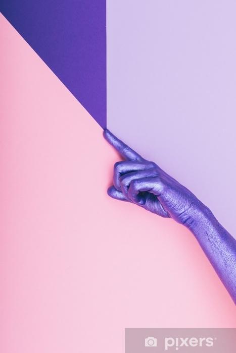 Pixerstick Sticker Mode parelwitte paarse hand. ultra violet concept. pastel minimaal. schoonheid en mode -