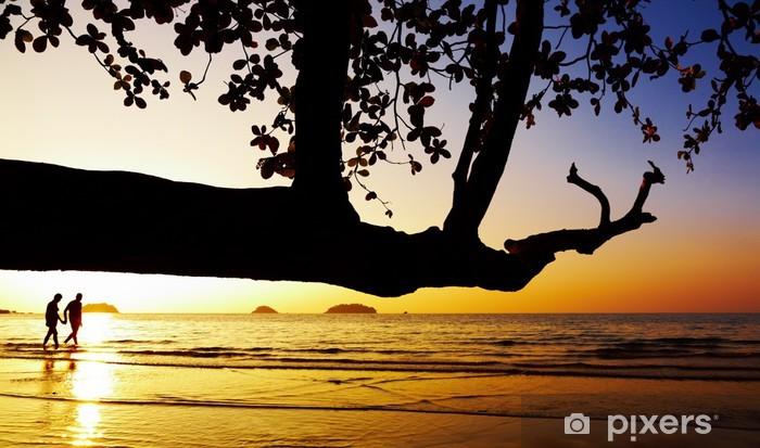 Papier peint vinyle Couple marchant sur la plage au coucher du soleil - Vacances