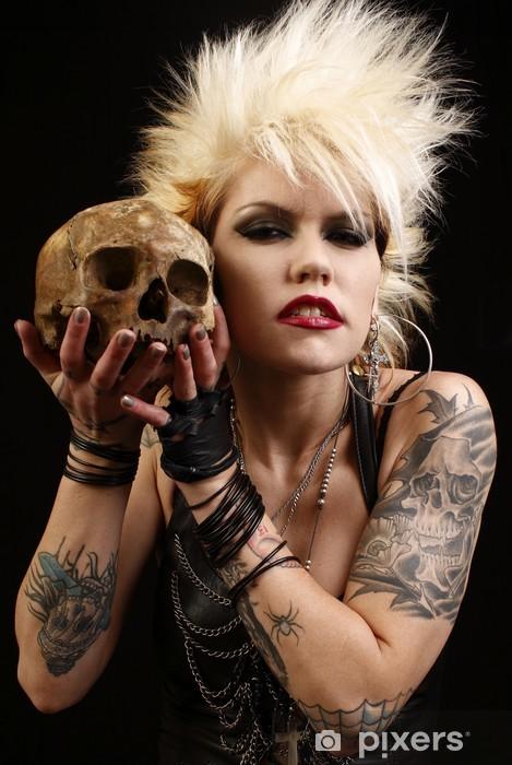 Fotomural Estándar Un punk rocker sexy mujer sosteniendo un cráneo humano - Tatuajes