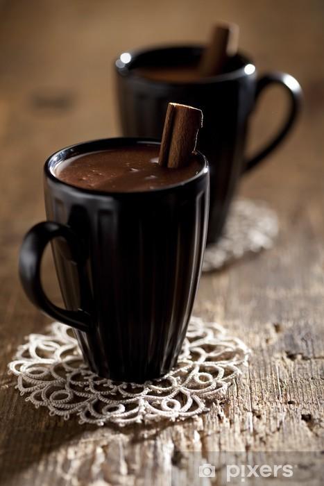 Naklejka Pixerstick Gorąca czekolada w czarne kubki z laska cynamonu, na stary drewniany t -