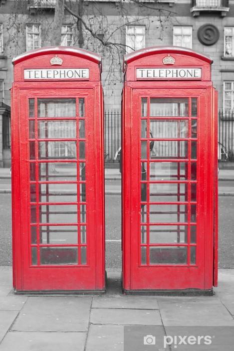 Fotomural Estándar Dos cabinas de teléfono rojas Londres típicas con un backgroun desaturado - Temas