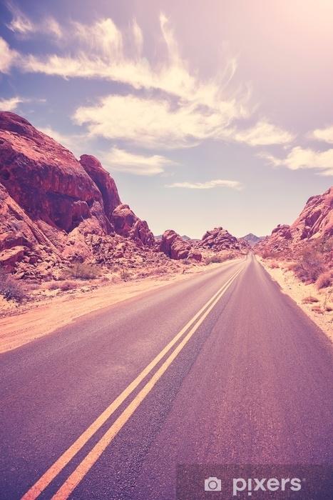 Fototapeta winylowa Retro stonowana opuszczona droga, koncepcja podróży, Dolina ognia, Nevada, Stany Zjednoczone Ameryki. - Podróże