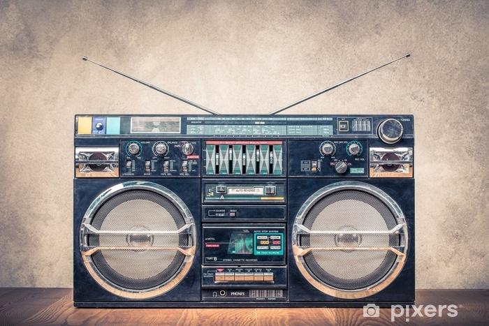 Deursticker Retro ontwerp ghetto blaster stereo radio cassetterecorder recorders boombox vanaf circa 80s voorste betonnen muur achtergrond. vintage instagram oude stijl gefilterde foto - Hobby's en Vrije tijd