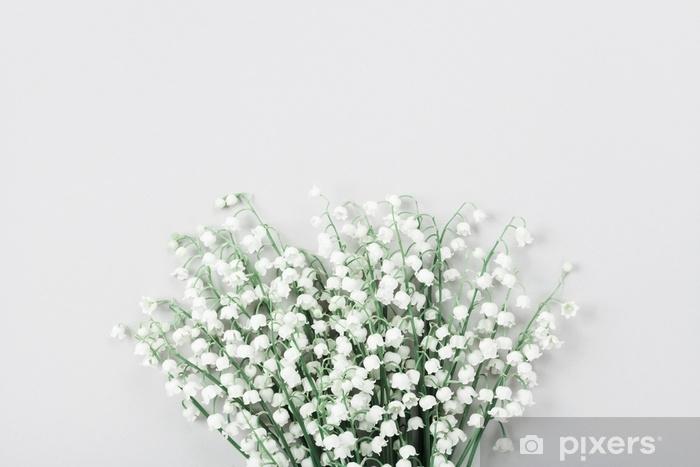 Sticker Pixerstick Beau bouquet de fleurs muguet sur table pastel vue du dessus. composition minimale et style de pose à plat. - Plantes et fleurs