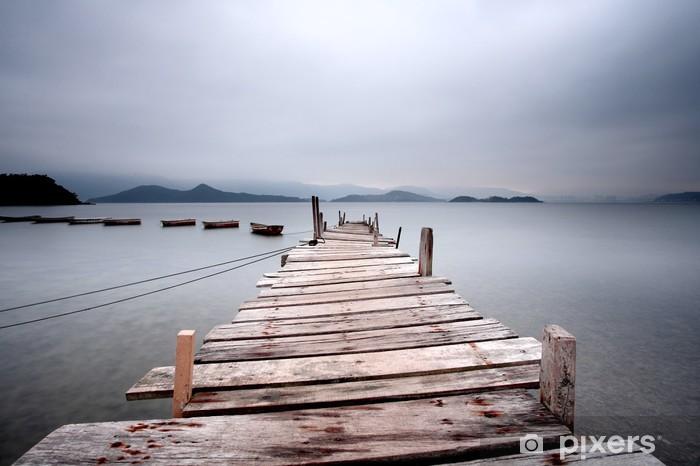 Carta da Parati in Vinile Guardando oltre un molo e una barca, tono scuro. - Temi