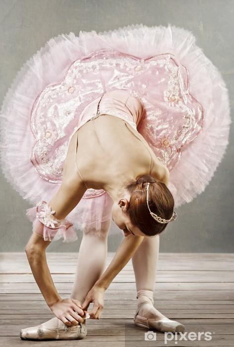 Naklejka Pixerstick Młoda tancerka w pięknym tutu ustalające jej kapcie - Tematy