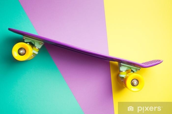 Vinyl-Fototapete Violetter Skateboard mit gelben Rädern auf Türkis gelbem und purpurrotem Hintergrund. Kunststoff-Mini-Cruiser-Board. Pastell kreatives Konzept. Minimalismus, flache Lage, Kopie, Raum - Hobbys und Freizeit