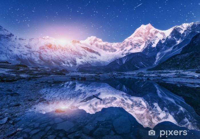 Fotomural Estándar Escena de la noche con las montañas del Himalaya y el lago de montaña en la noche estrellada en Nepal. paisaje con altas rocas con pico nevado y cielo con estrellas y luna reflejada en el agua. salida de la luna hermosa manaslu - Paisajes