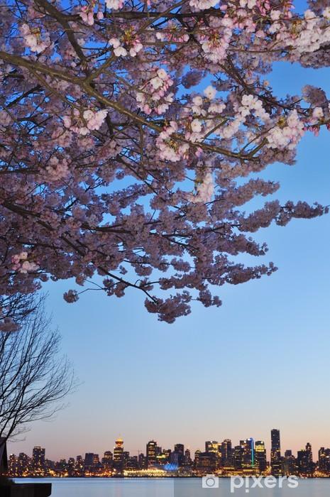 Vinilo Pixerstick Flor de cerezo y el centro de Vancouver - Urbano