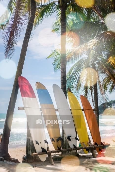 Housse De Couette De Nombreuses Planches De Surf A Cote De Cocotiers A La Plage D Ete Avec La Lumiere Du Soleil Et Le Fond De Ciel Bleu Pixers Nous Vivons