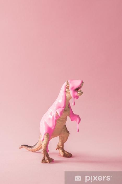 Zelfklevend Fotobehang Roze verf druipend op speelgoed van de dinosaurus. creatief minimaal concept. - Dieren