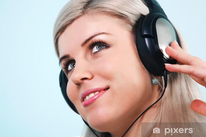 Nainen yllään kuulokkeita kuunnellen musiikkia Vinyyli valokuvatapetti - Koti Ja Puutarha