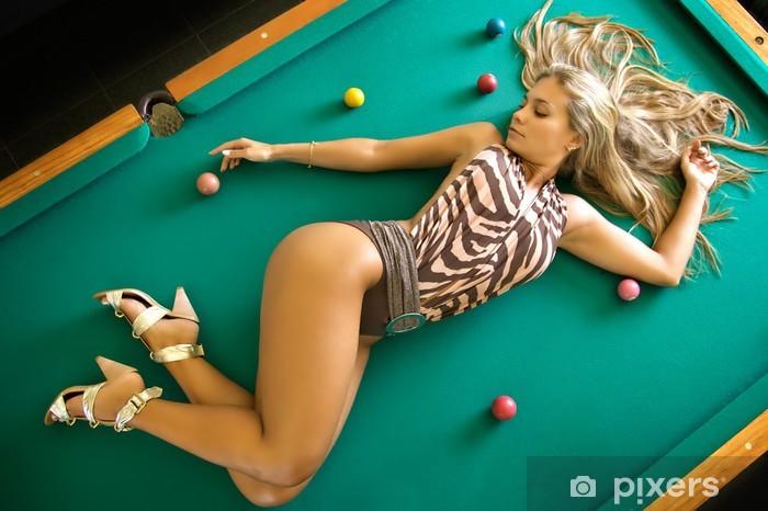 Papier Peint Sexe Mannequin Blonde En Maillot De Bain Pose Sur Une