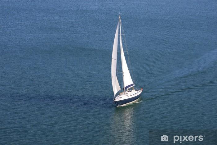 Papier peint vinyle Yacht unique sur la mer bleue - Bateaux
