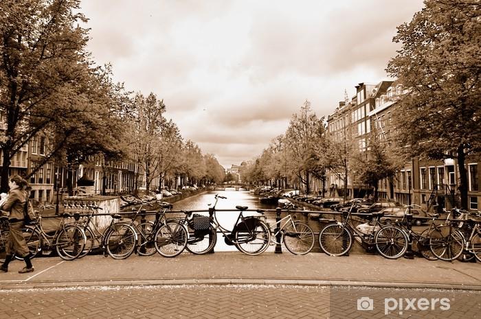 Vinyl Fotobehang Uitzicht op het centrum van Amsterdam met fietsen op een brug - Fietsen