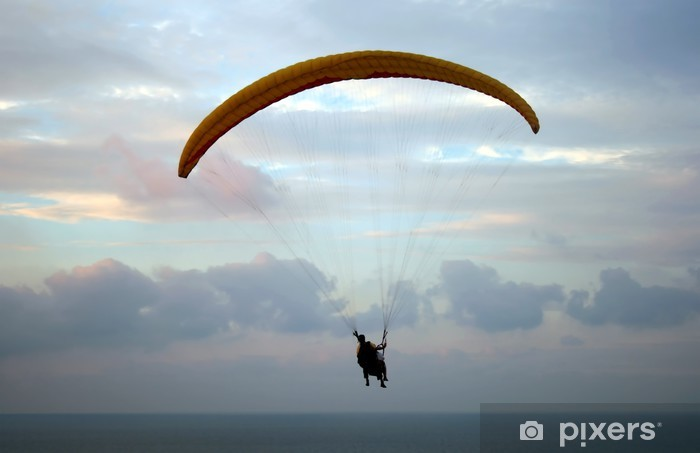 Naklejka Pixerstick Lot paraplan powyżej Morza Śródziemnego na zachodzie słońca - Sporty ekstremalne