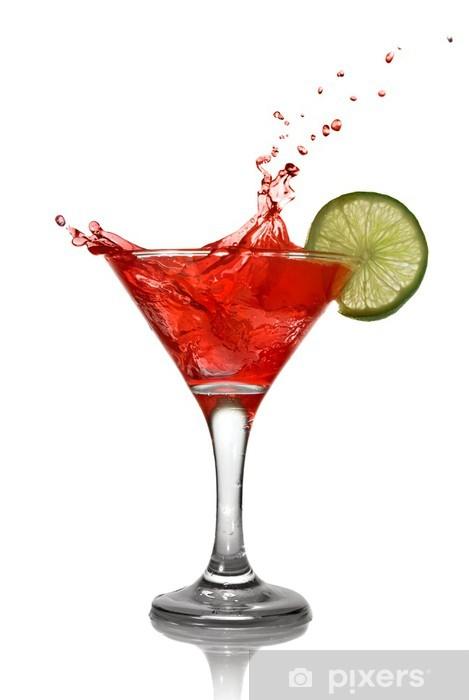 Schrankaufkleber Red Cocktail Mit Spritzen Und Kalk Isoliert Auf Weiß