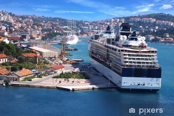 Fototapeta winylowa Statek wycieczkowy na tle Dubrownika - Europa